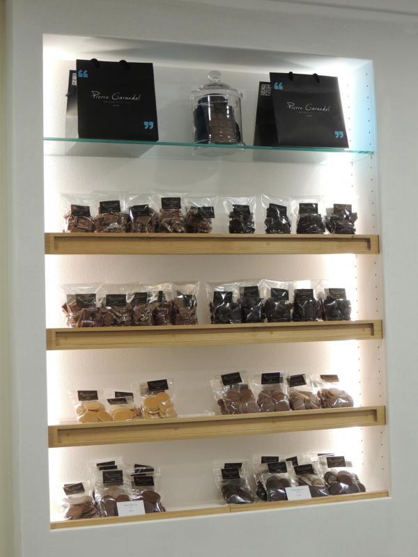 Pierre Garandel chocolatier - étagères chêne pour la boutique