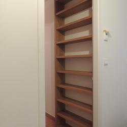 11 niveaux de rayonnages pour livres de poches derrière une porte