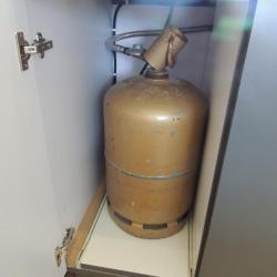 Bouteille de gaz intégré dans le meuble sur coulisse.