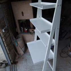 4 niveaux : un plateau et 3 étagères